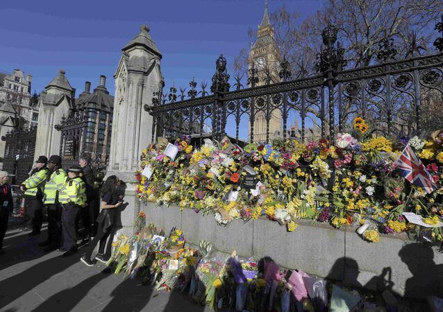 İngiliz parlamentosu önüne bırakılan çiçekler