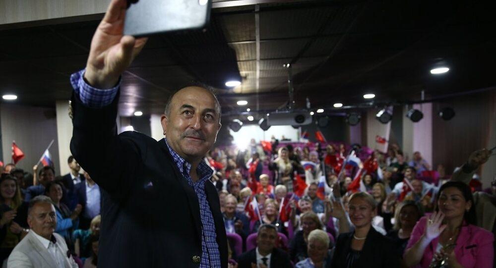 Dışişleri Bakanı Mevlüt Çavuşoğlu, Antalya'daki temasları kapsamında Rus Sanat ve Kültür Derneği üyeleriyle selfie yaptı.