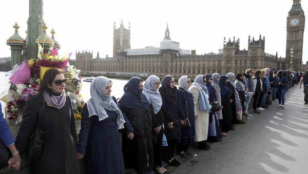 Westminster Köprüsü'nde hayatlarını kaybedenler anısına saygı duruşu - Sputnik Türkiye