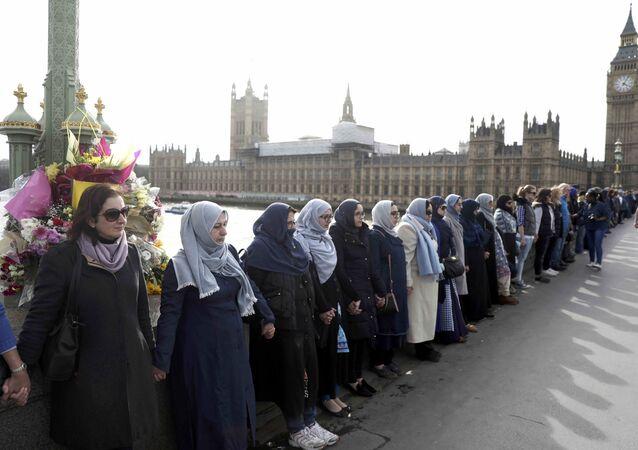 Westminster Köprüsü'nde hayatlarını kaybedenler anısına saygı duruşu