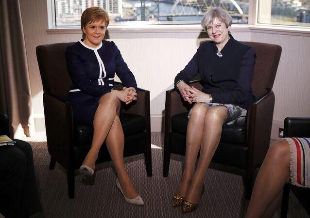 İskoçya Birinci Bakanı Nicola Sturgeon ve İngiltere Başbakanı Theresa May