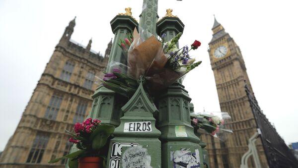 Londra saldırısının ardından olayın gerçekleştiği yere çiçek bırakıldı - Sputnik Türkiye