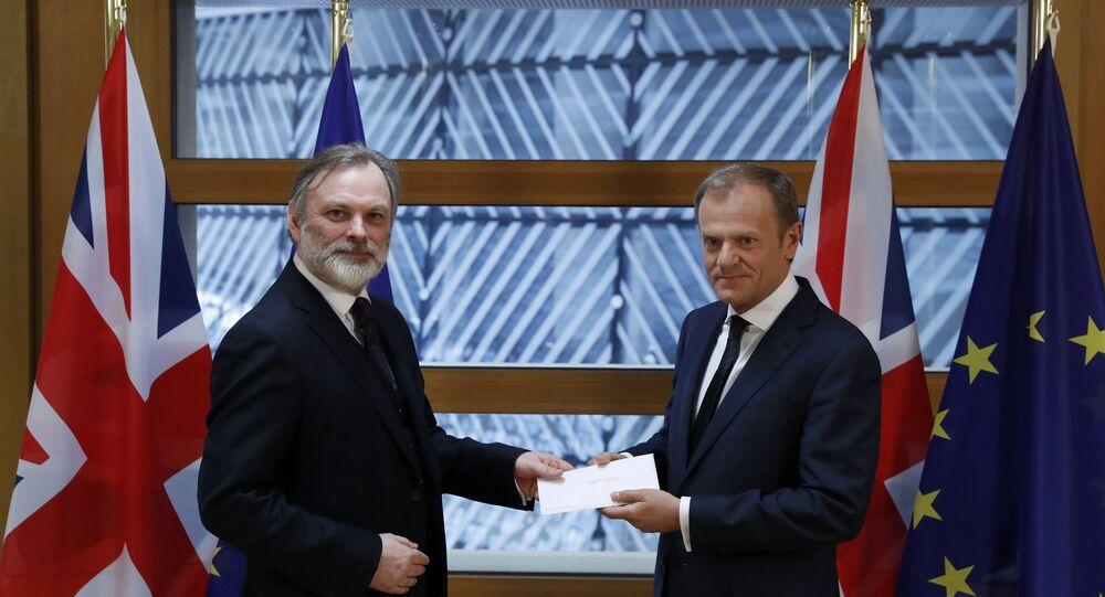İngiltere'nin AB daimi temsilcisi Tim Barrow Brexit mektubunu AB Konseyi Başkanı Donald Tusk'a iletti