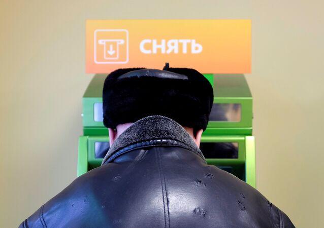Stavropol'da Sberbank'a ait ATM'den para çeken bir kişi