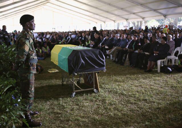 Güney Afrika'nın simge isimlerinden Kathrada toprağa verildi