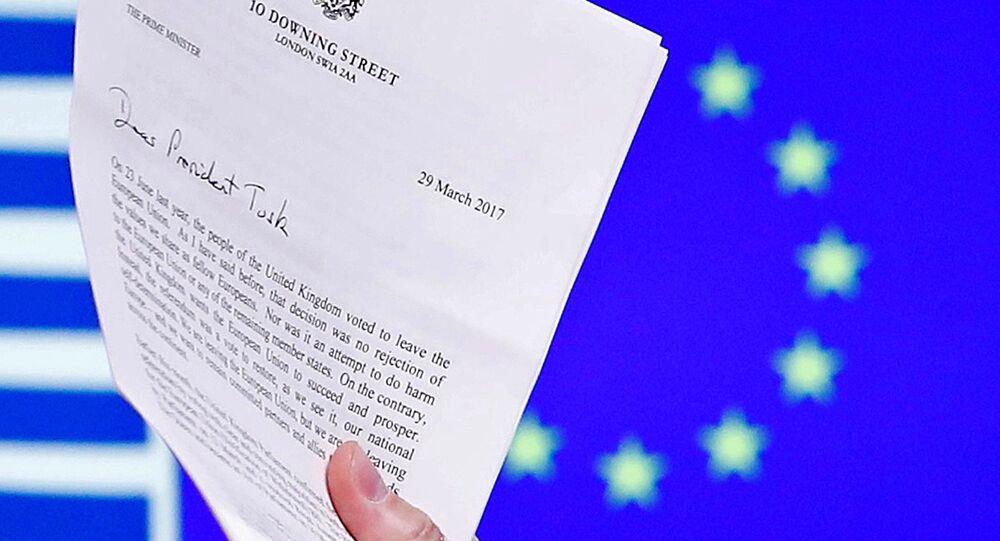 AB Konseyi Başkanı Donald Tusk, İngiltere Başbakanı Theresa May'in AB'den çıkış mektubunu elinde tutuyor.
