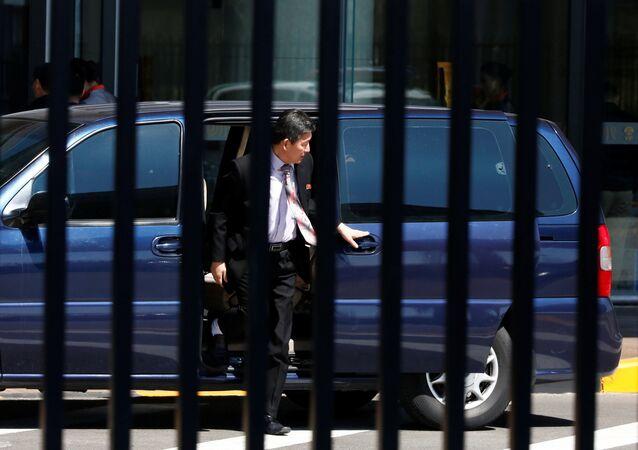 3 Kuzey Koreli ülkelerine dönmeden önce Pekin'deki havalimanının VIP girişine elçilik aracıyla geldi