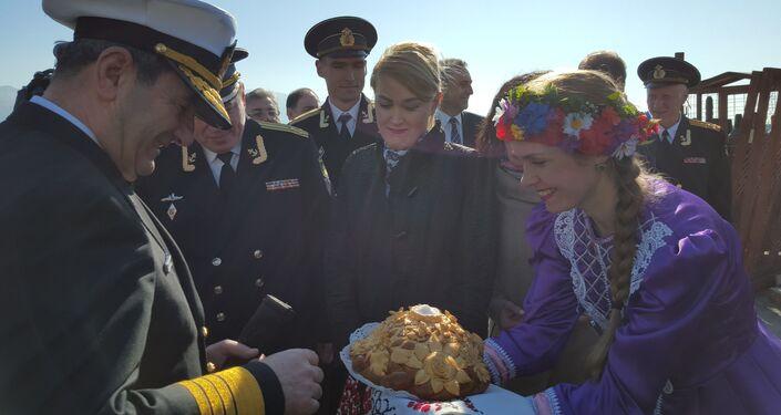 Türk savaş gemileri Rusya'nın Novorossiysk limanında Rus dostluk geleneği tuz-ekmekle karşılandı.