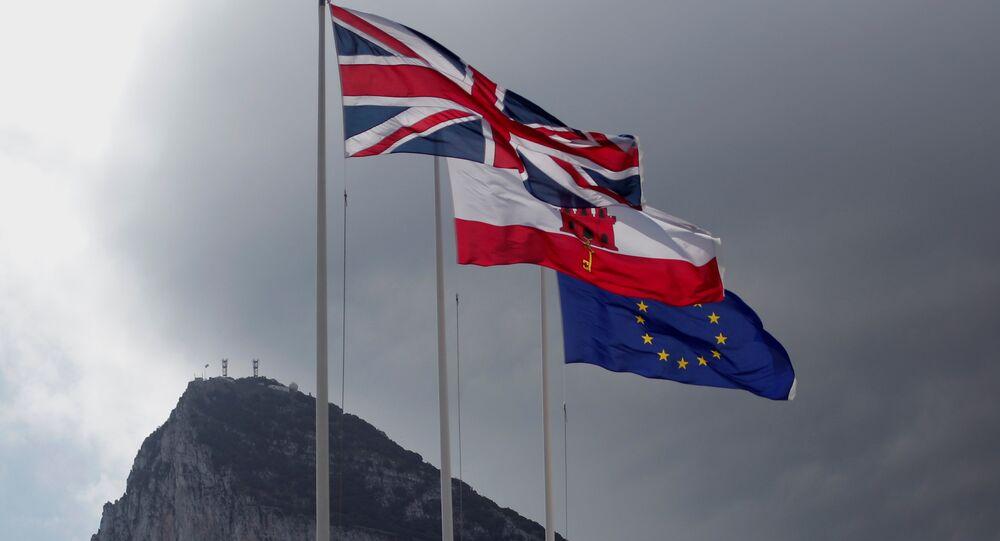 Cebelitarık'ta dalgalanan Birleşik Krallık, Cebelitarık ve AB bayrakları