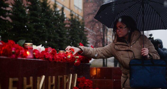 Moskovalılar, St. Petersburg patlamasında ölenleri anıyor.