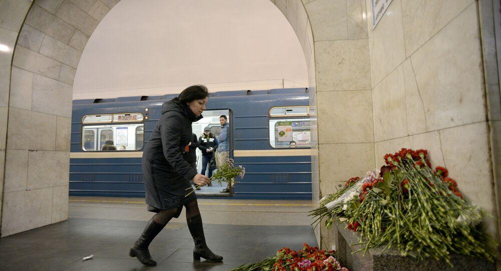 St. Petersburg'daki metro saldırısında ölenler çiçeklerle anılıyor