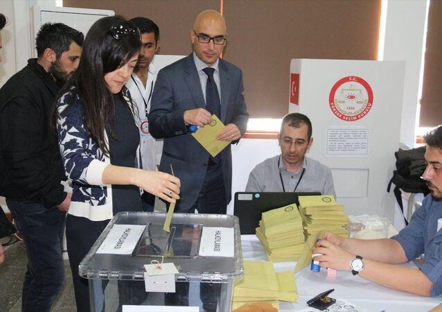Kuzey Kıbrıs'taki Türkiye vatandaşları, referandum için oy kullanmaya başladı