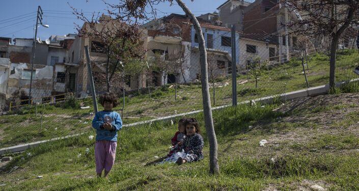 Kadifekale'de heyelan bölgesinde boşaltılan bazı evlerde Suriyeli sığınmacılar yaşıyor.