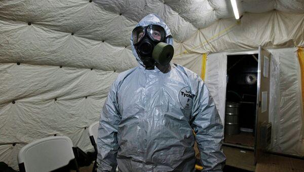 Suriye'deki kimyasal silahları ülke dışına çıkaran bir Kimyasal Silahların Yasaklanması Örgütü (OPCW) çalışanı - Sputnik Türkiye