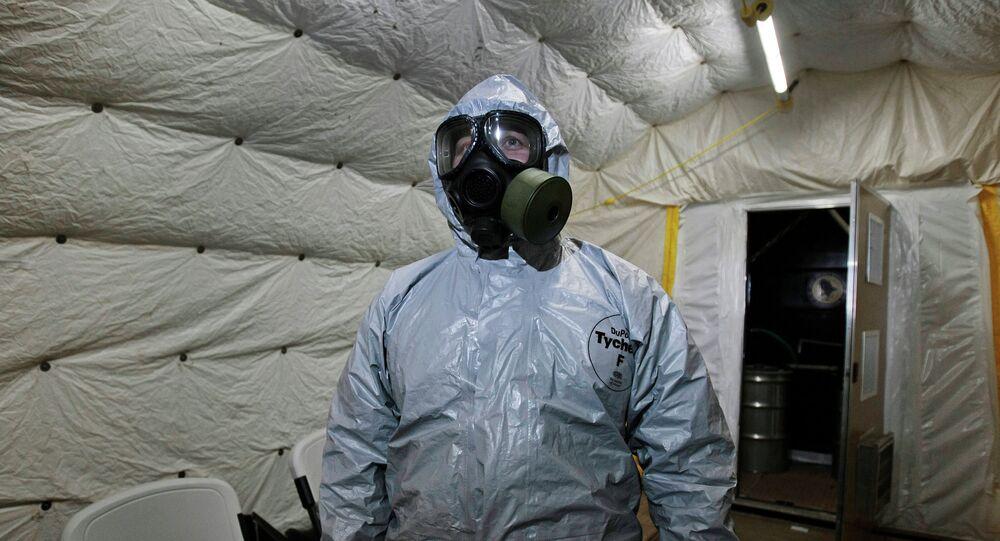 Suriye'deki kimyasal silahları ülke dışına çıkaran bir Kimyasal Silahların Yasaklanması Örgütü (OPCW) çalışanı