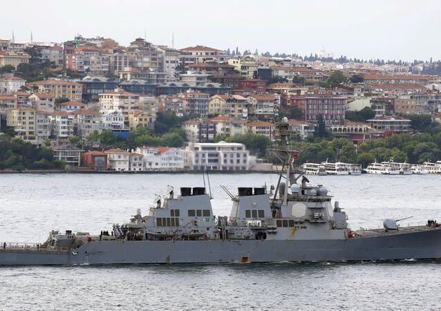ABD'nin Suriye'yi vurmak için kullandığı US Ross gemisi, İstanbul Boğazı'nı geçerken (3 Haziran 2015)