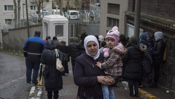 Almanya'nın İstanbul Başkonsolosluğu, Suriyelilerin vize başvurusu için ayrı bir bölüm oluşturmuş. Suriyeli sığınmacılar, burada vize başvurularını yapıyor - Sputnik Türkiye
