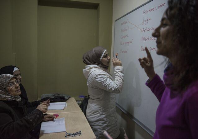 Derviş Baba Sosyal Dayanışma ve Yardımlaşma Derneği'nde Suriyeli kadınlar Türkçe öğreniyor