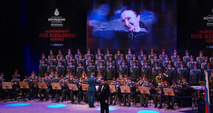 Duma Kültür Komitesi Başkan Yardımcısı, Duma Milletvekili ve aynı zamanda Rusya Devlet Sanatçısı olan Iosif Kobzon Kızıl Ordu Korosu'nun İstanbul'da verdiği konserde Tu-154 faciasında ölen koro üyeleri için şarkı söylüyor.