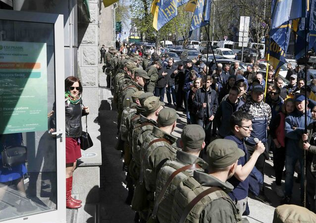 Ukrayna güvenlik güçleri Sberbank'ın Kiev'deki merkez ofisi önünde Ulusal Birlik partisi destekçilerine karşı önlem aldı