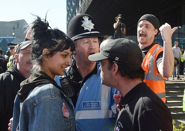 İngiltere'de ırkçı gruba bakışlarıyla meydan okuyan genç kadın