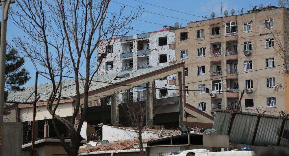 Bağlar'da panzerin onarımı sırasında meydana gelen patlamada ilk belirlemelere göre 1'i ağır 4 kişi yaralandı.
