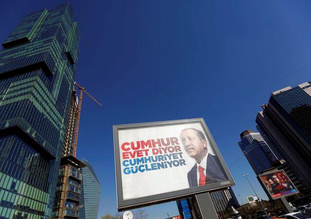Cumhurbaşkanı Recep Tayyip Erdoğan, İstanbul'da referandum bilboardunda