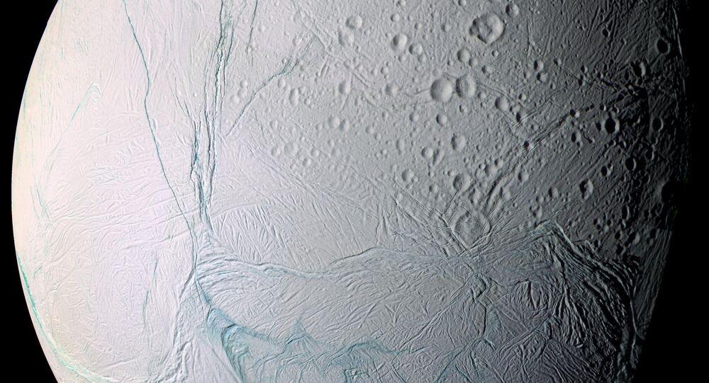 Satürn'ün buzla kaplı uydusu Enceladus
