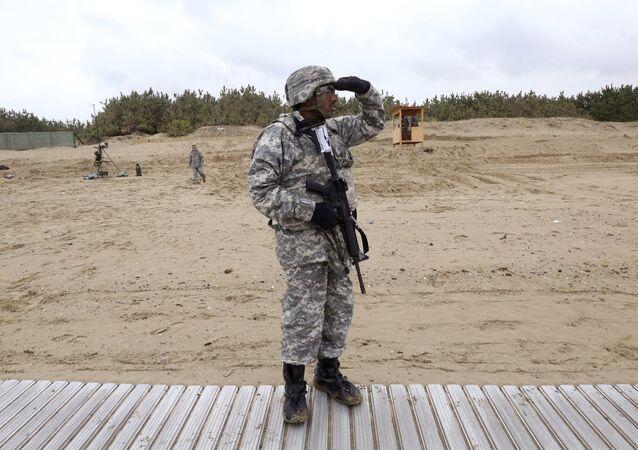 Güney Kore'deki askeri tatbikatı izleyen bir ABD askeri