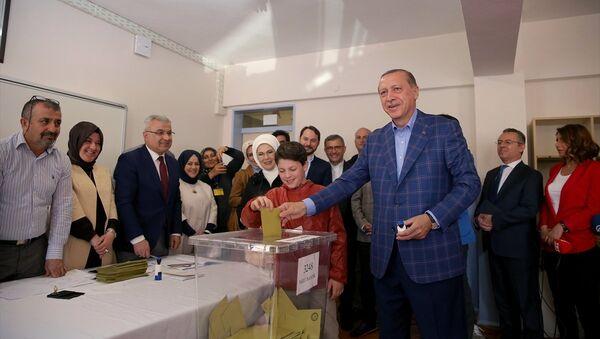 Cumhurbaşkanı Recep Tayyip Erdoğan oy kullanırken - Sputnik Türkiye
