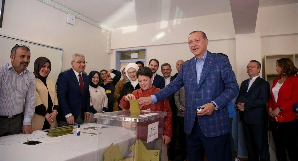 Cumhurbaşkanı Recep Tayyip Erdoğan oy kullanırken