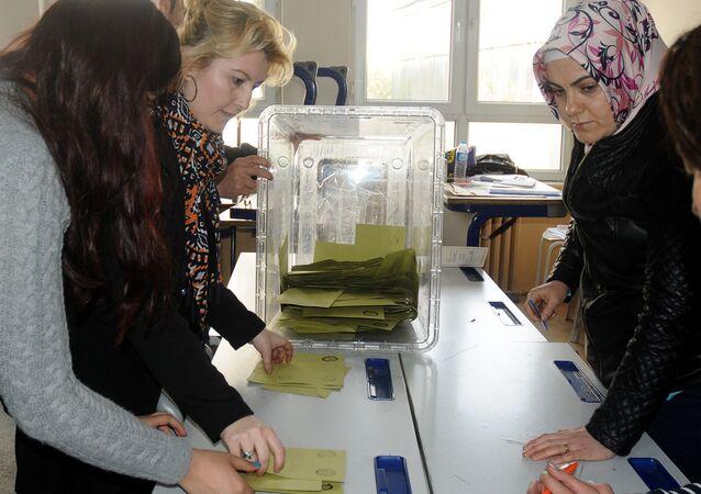 İstanbul'da oy sayımı devam ediyor.