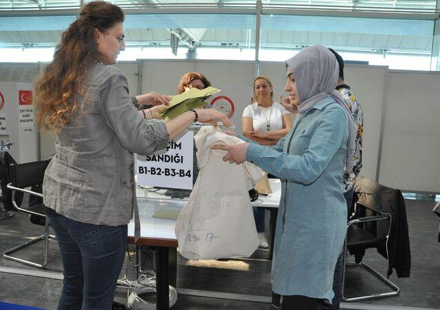 Atatürk Havalimanı'nda oy sayımı başladı.