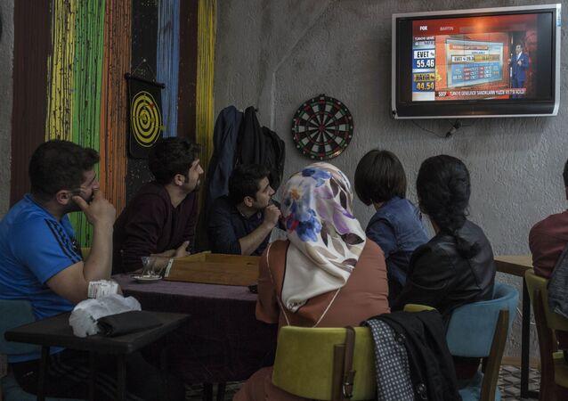 Halk sonuçları izlemeye devam ediyor. Kadıköy, İstanbul.