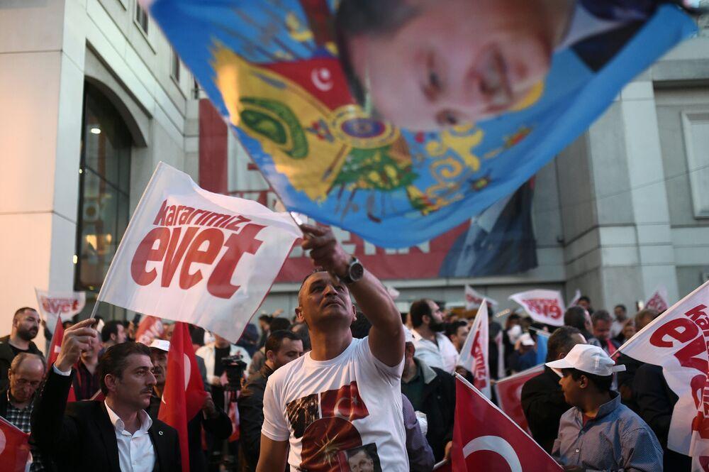 Alanda toplanan vatandaşlar, halk oylaması sürecinde parti tarafından meydanlarda çalınan şarkılar eşliğinde kutlama yapıyor.