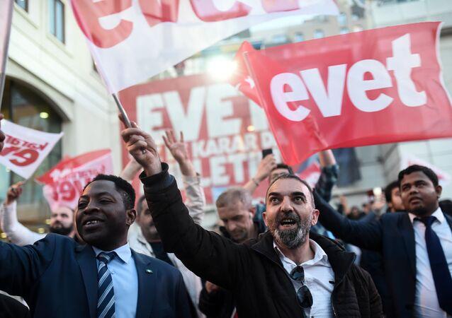 Referandumda 'Evet' kampanyasına destek verenler, AK Parti İstanbul İl Merkezi önünde toplandı