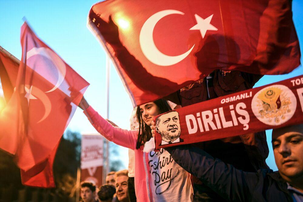 AK Parti Genel Başkanı ve Başbakan Binali Yıldırım'ın yapacağı balkon konuşmasını bekleyenler zaman zaman çeşitli sloganlar attı.