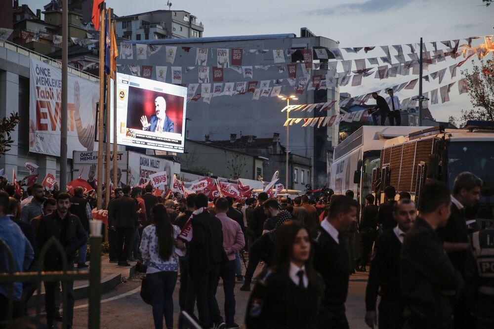 Sandıkların açılmasının ardından, parti önünde toplanmaya başlayan vatandaşlar, kurulan dev boyutlu ekranlardan halk oylaması sonuçlarını takip etti.