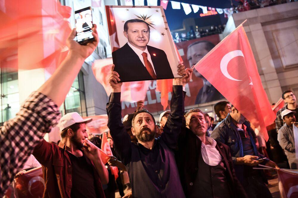 Referandumda 'Evet' kampanyasına destek verenler, AK Parti İstanbul İl Başkanlığı'nda kutlamalara başladı.