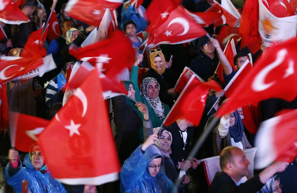 Referandumda 'Evet' kampanyasına destek verenler, Ankara'daki AK Parti Genel Merkezi'nde kutlamalara başladı.