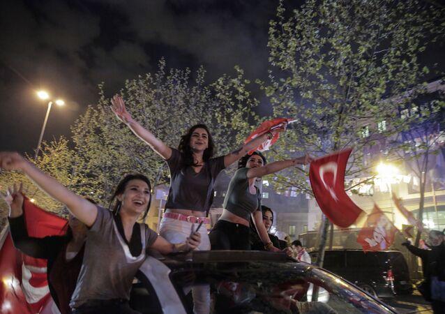 AK Parti seçmeni kutlama yapıyor.