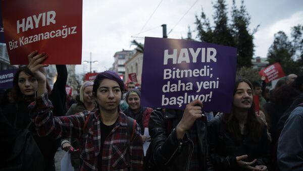 Kadıköy'de çok sayıda kişi referandumun ardından protesto gösterisi düzenliyor - Sputnik Türkiye