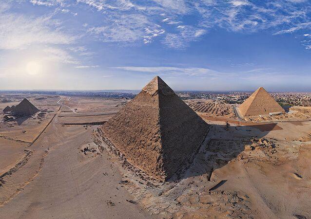 Mısır'daki Gize piramitleri.