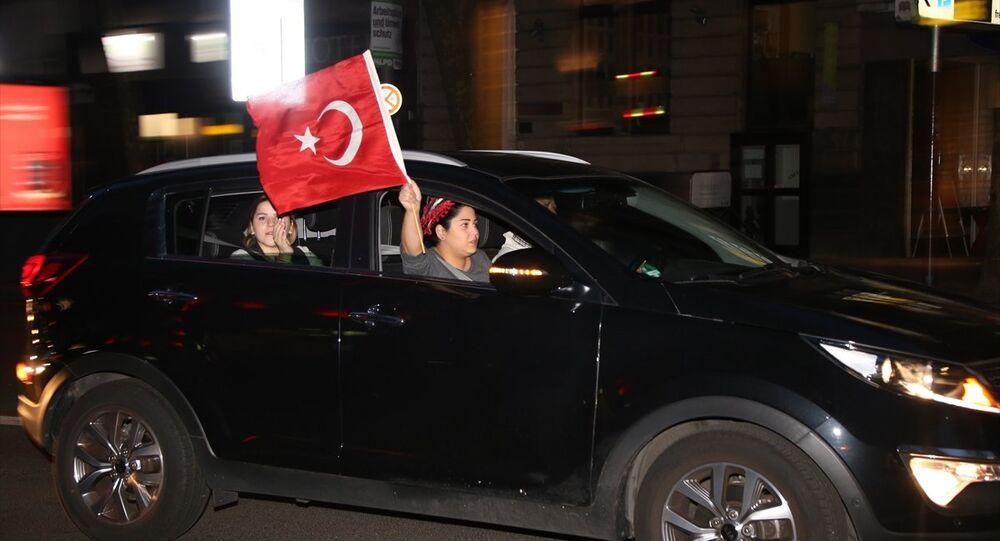 Almanya'da halk oylamasının ardından kutlama yapan Türk vatandaşları