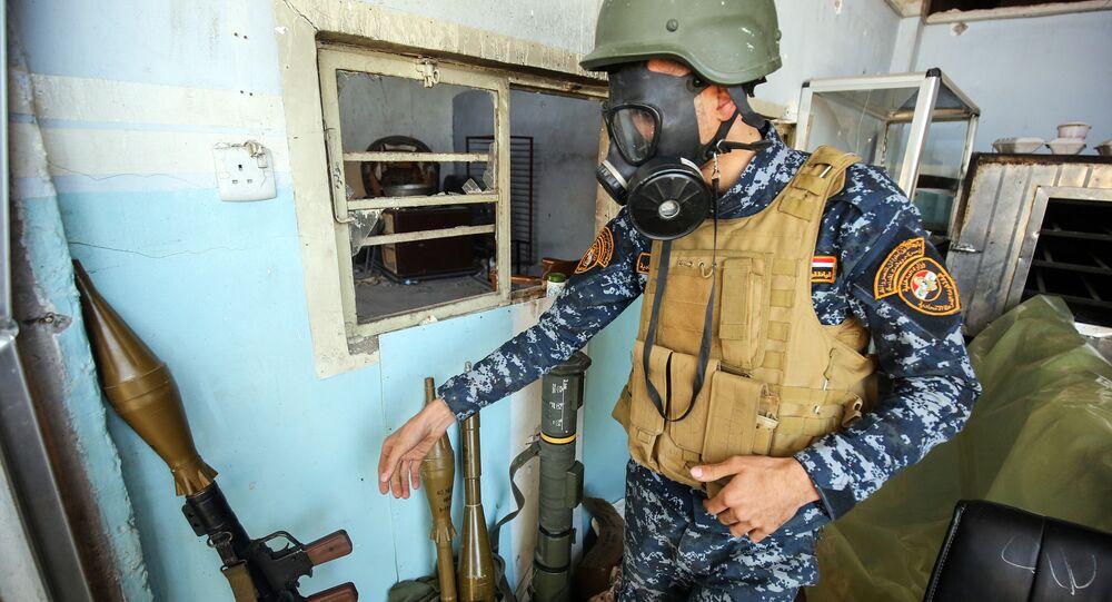 Musul'da bir Iraklı asker gaz maskesi takıyor