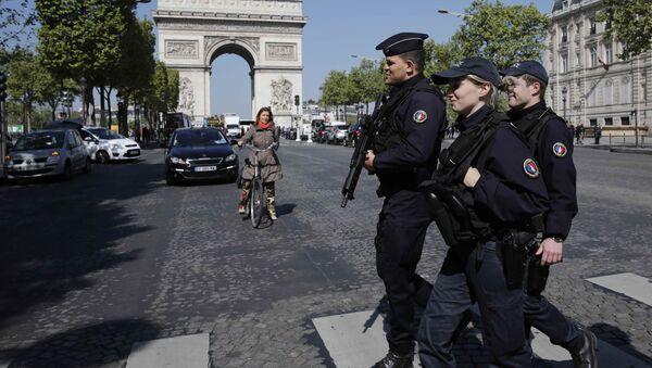 Paris'te devriye gezen Fransız polisi - Sputnik Türkiye