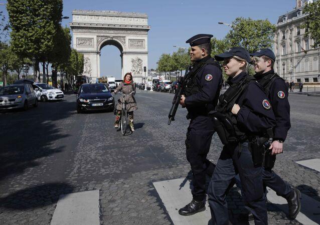 Paris'te devriye gezen Fransız polisi