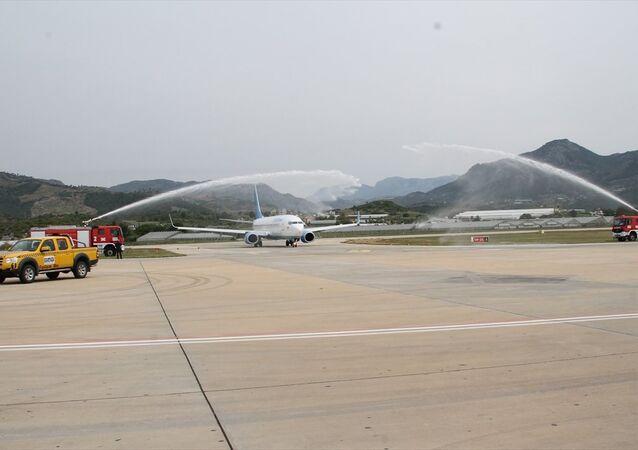 Havalimanına iniş yapan Boeing 737/800 tipi uçak, geleneksel havacılık seremonisi su takı ile karşılandı
