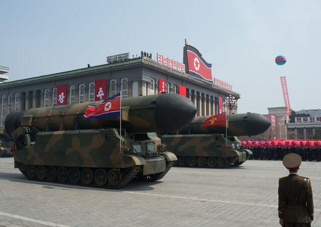 Kuzey Kore'de askeri geçit töreni