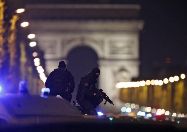 Fransa'nın başkenti Paris'in Champs Elysees Caddesi'ne silahlı saldırı sonrası devriye yapan polisler